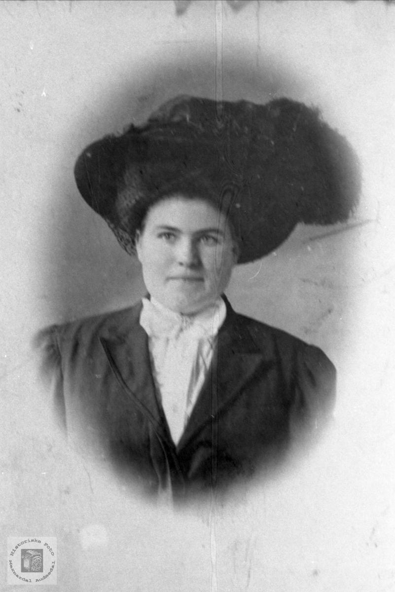 Portrett av dame med flott hatt. Anna Foss, Bjelland.
