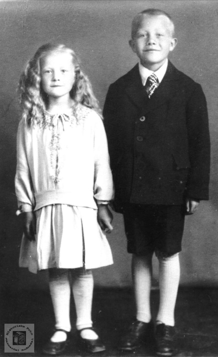 Portrett av Søskenparet Tordis og Manfred Olsen fra Laudal.