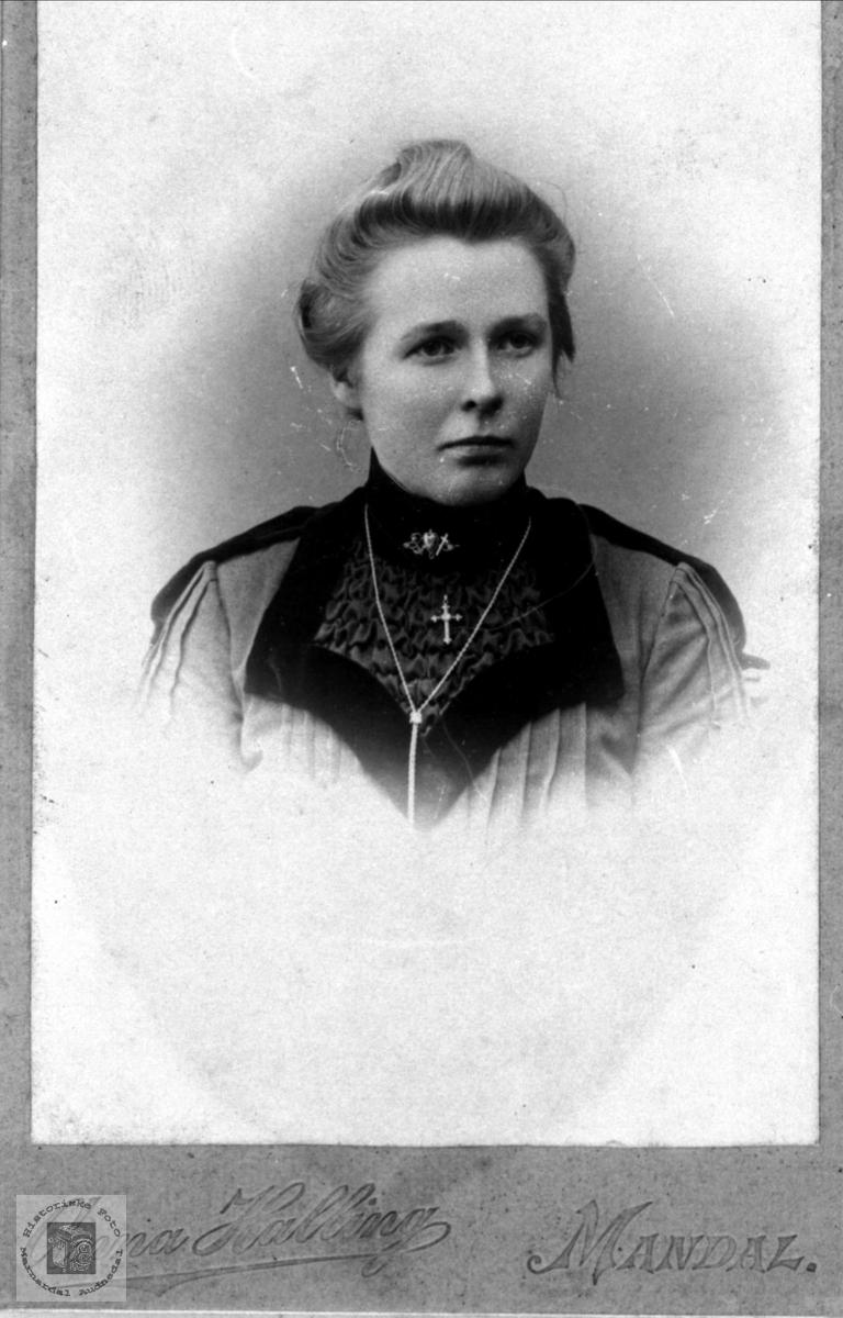 Portrett av Gunhild Dybo, gift Ro, med røtter i Øyslebø.