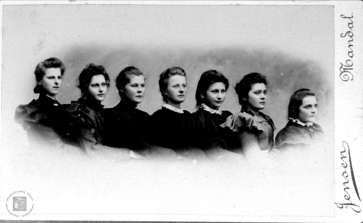 Portrett av jentegruppe fra Marnardal.