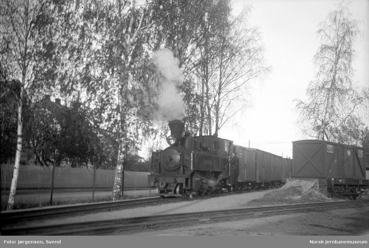 """Damplokomotiv nr. 5 """"Bjørkelangen"""" skifter på Sørumsand stasjon"""