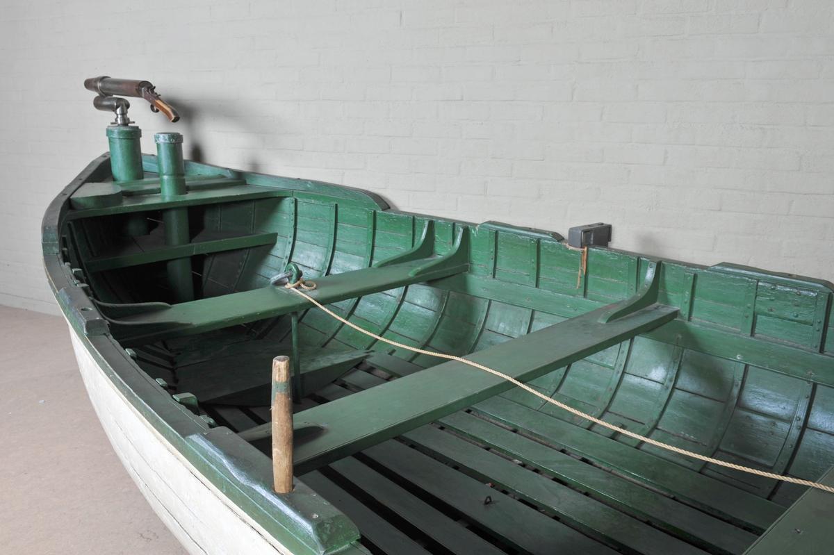 Fangstbåt, kravellbygd på ribber, for bottelnosefangst. Jernnagler. 5 tofter, kanon og puller i baugen, 2 låringsbolter + 2 øyebolter.