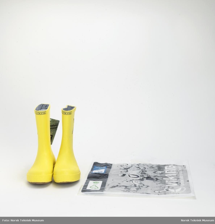 Par gummistøvler i original emballasje - plastbærepose med Viking-dekor.