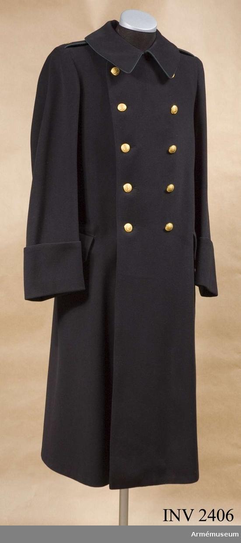 Kappa m/1872 f jägmästare, av arméns äldre modell. Storlek 50.  Av mörkblått kläde med mörkblått yllefoder. Knäppt dubbelt med fem knappar i var rad. Knapp av m/1869, för domänverket. Grön klädespasspoal runt kragen. Sleifer med knappar baktill, axelklaffar med grön passpoal och guldstjärna. Ärmar med runda  uppslag, fickor med ficklock, fällkrage. Två innerfickor. Etikett i ryggen med text: A.C.B. Stockholm =  Arméns  beklädnadscentral. Knappar från Sporrong, Stockholm.