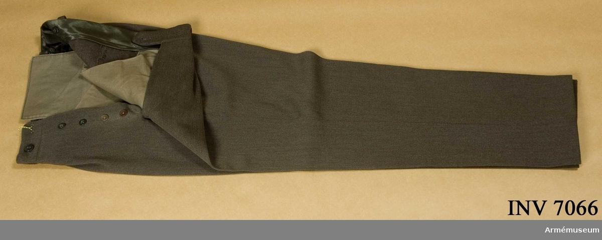 Mörkt grå byxor med raka ben efter gängse modell.  Färg Q. Storlek 50.