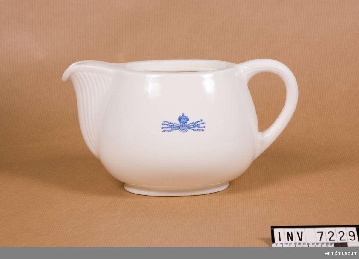 Samhörande nr är 7216-26, 7228-30 (7229-30 kanna, lock).  Kanna för kaffe eller te i vitt benporslin med räfflad pip och på ena sidan Fälttelegrafkårens emblem i blått.  Gott skick.