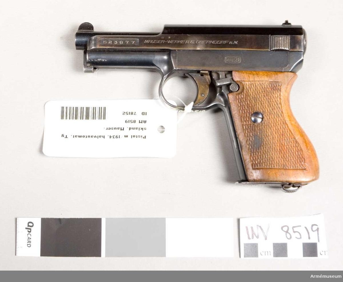 """Halvautomatisk pistol av system Mauser. Tillverkningsnummer 523877. Märkt CAL. 7,65-D.R.P.u.A.P. """"tysk örn"""" med M. Handgrepp av trä. Magasin märkt 0.2165 x (Mauser). Bestående av 1 st pistol, 2 st magasin."""
