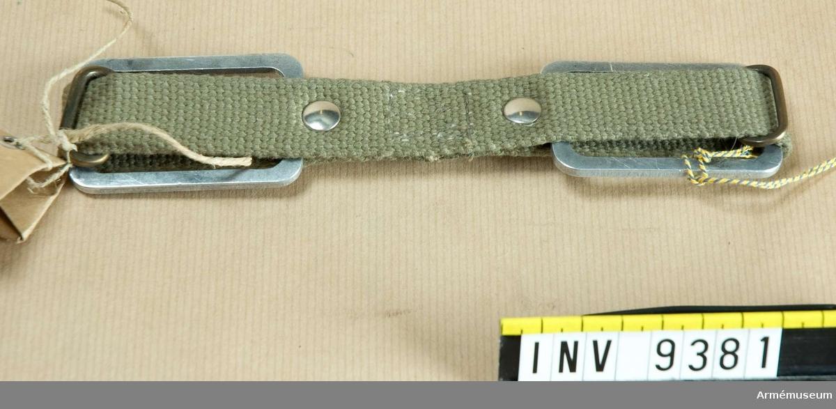 Av ljusgrönt bomullmaterial, cord. Med metallspännen och nitar.
