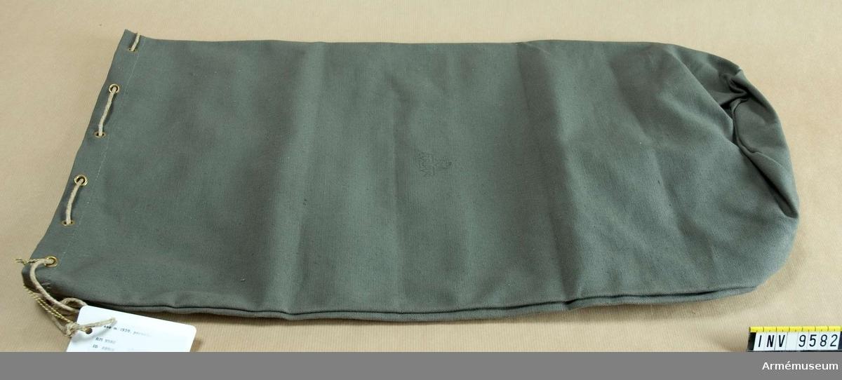 Av gråbrungrön smärting med oval botten och öljetter (hål) upptill med ett snöre för åtdragning.