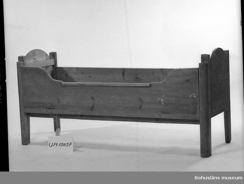 Säng, s.k. drängkammarsäng. Ljus brunbetsad, något maskstungen. Utdragbar till 110 cm:s bredd. Ena sängbotten något hängig.