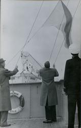 Heising av flagg på dekk på passasjer- og lasteskipet M/S Br