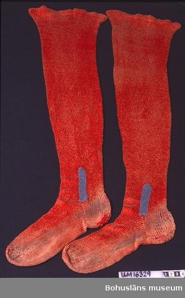 471 Tillverkningstid 1900-1950? 594 Landskap BOHUSLÄN  Ljust rödbruna slätstickade strumpor av bomullsgarn. Påsydda blå kilar vid anklarna på både in och utsida. Lagade (stoppade) på tå- och hälpartierna. Smutsiga på fötterna. Troligen blekta.  Angående Gulli Klebergs arbete med Hemslöjden i Uddevalla se utskrift av intervju med Inga Carlström gjord av Eva Göransson 1989-09-19, i museets arkiv 18.1.2 1 vol.  Omkatalogiserat 1997-03-19 VBT Personuppgifter se UM 16300.