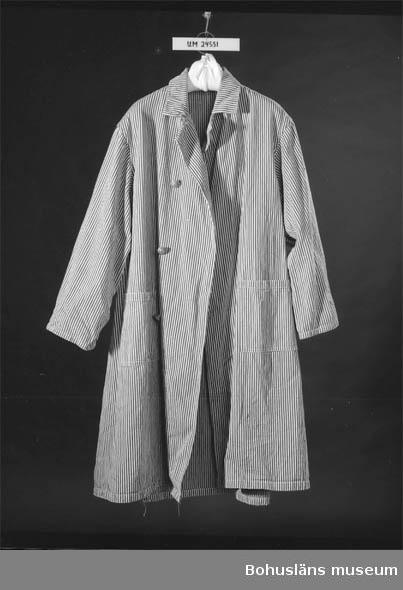 """410 Mått/Vikt: ÄL: 47 CM 594 Landskap BOHUSLÄN  Blå och vit randig. Stängs med fyra stycken metallknappar framtill. På knapparna står """"GH"""". Vilket står för Göteborgs Hospital.  Det var officiell benämning fram till 1931. Två fickor. Slejf baktill och fastsytt skärp som stängs med två knappar. Troligen använd av skötare. När uniformstvånget försvann 1955 fick patienterna slita ut skötarnas kläder."""