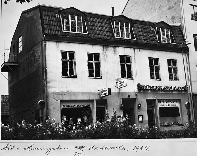 """Text på kortet: """"Södra hamngatan 15, Uddevalla, 1964""""."""