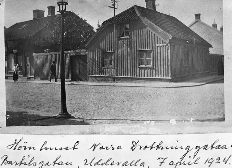"Text på kortet: ""Hörnhuset Norra Drottninggatan, Bartilsgatan, Uddevalla. 7 april 1924""."