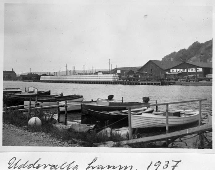 """Text på kortet: """"Uddevalla hamn. 1937""""."""
