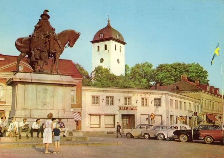 Kungstorget i Uddevalla med klocktornet och Karl X statyn