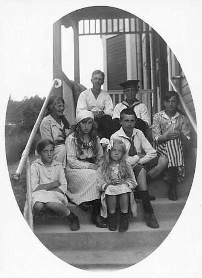 """Enligt noteringar: """"1917, Ina, Greta Tiberg, Maussi, Vera, Emil, Ellen, (fr.v.) Gösta Lindström och Gösta Selling."""""""