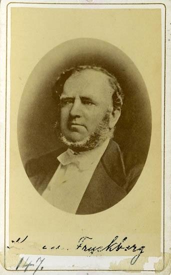 """Text på kortets baksida: """"Kamrer Jonas Alfred Fryckberg, f. 21/1 1814 d. 7/5 1888""""."""