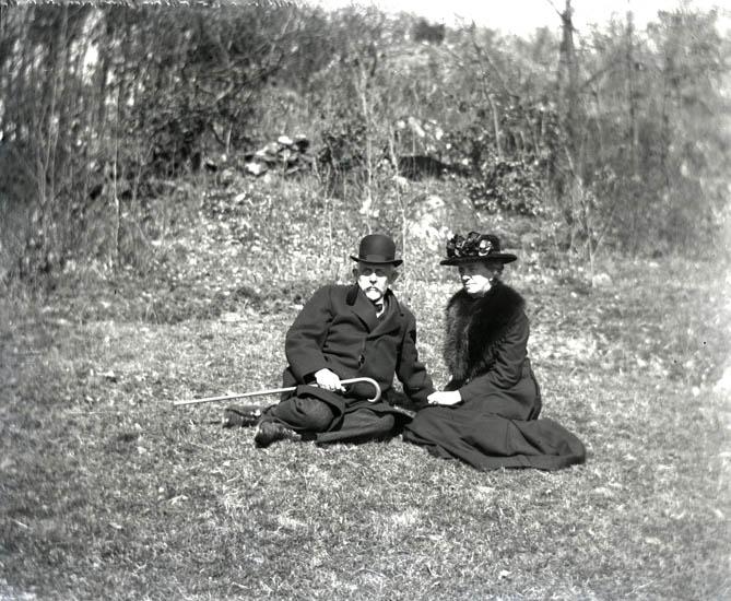 Mamma och Pappa på en äng i Metsundsdalen den 22 april 1923.