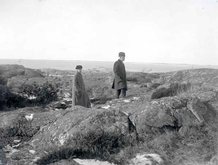 """Mamma + pappa vid """"Muren"""". 11 nov. 1925."""