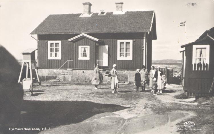 """Tryckt text på kortet: """"Fyrmästarbostaden. Hållö"""".  Notering på kortet: """"HÅLLÖ ASKUMS SN SMÖGEN sept. 1955""""."""
