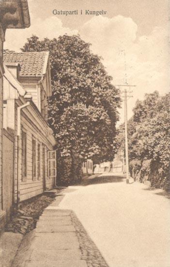 """Tryckt text på kortet: """"Gatuparti i Kungelv"""". """"Förlag P. G. Bergh, Kungelv"""""""