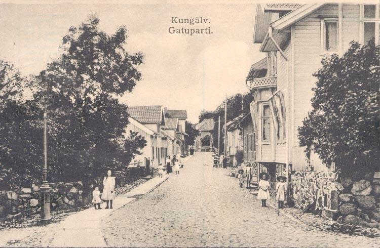 """Tryckt text på kortet: """"Kungälv. Gatuparti"""".  ::"""