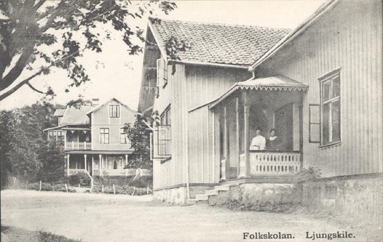 """Tryckt text på kortet: """"Folkskolan. Ljungskile"""". """"Förlag: Ljungskile Bok & Pappershandel""""."""