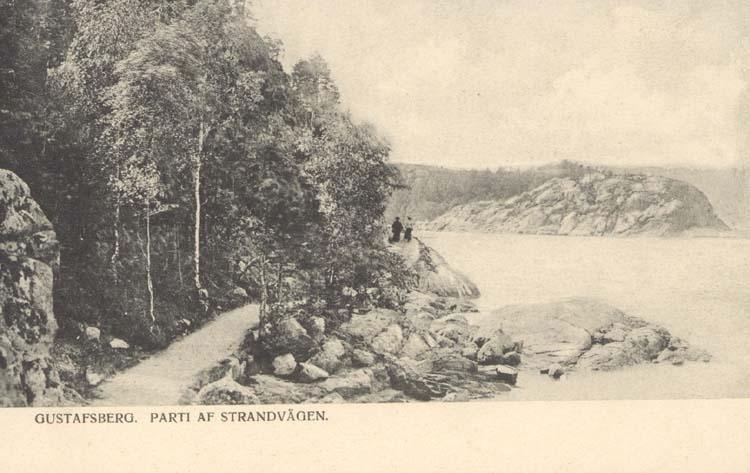 """Tryckt text på kortet: """"Gustafsberg. Parti af Strandvägen."""" """"Uddevalla Pappershandel, Hildur Andersson."""""""