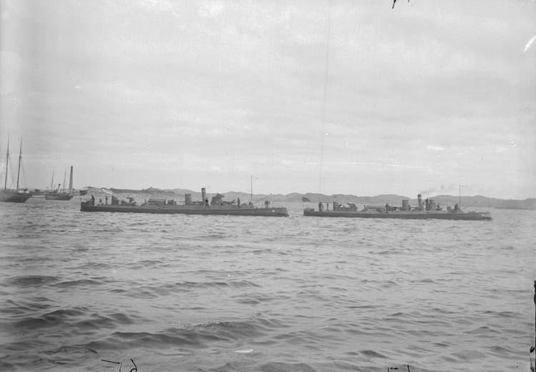 """Enligt text som medföljde bilden: """"Torpedbåtarne N 65, N 67. Juli el. Aug. 05""""."""