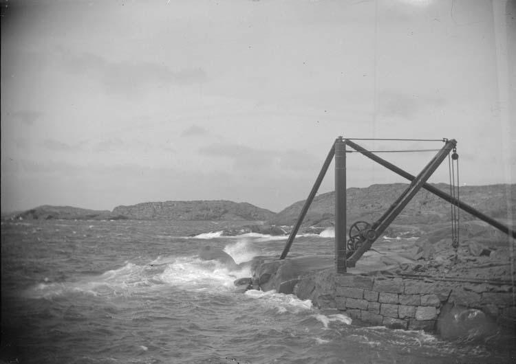 """Enligt text som medföljde bilden: """"Lysekil. Wid Stångehuvud kranen 1897."""""""