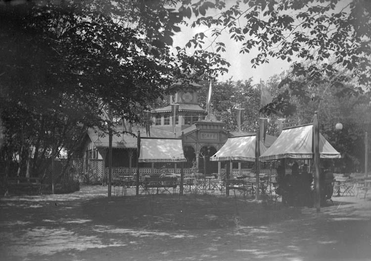 "Enligt text som medföljde bilden: ""Lysekil. Parkkafét 1897."""