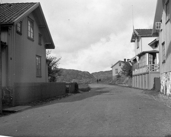 """Enligt text som medföljde bilden: """"Öfre delen af Kyrkvik Strandgatan Lysekil 1906."""""""