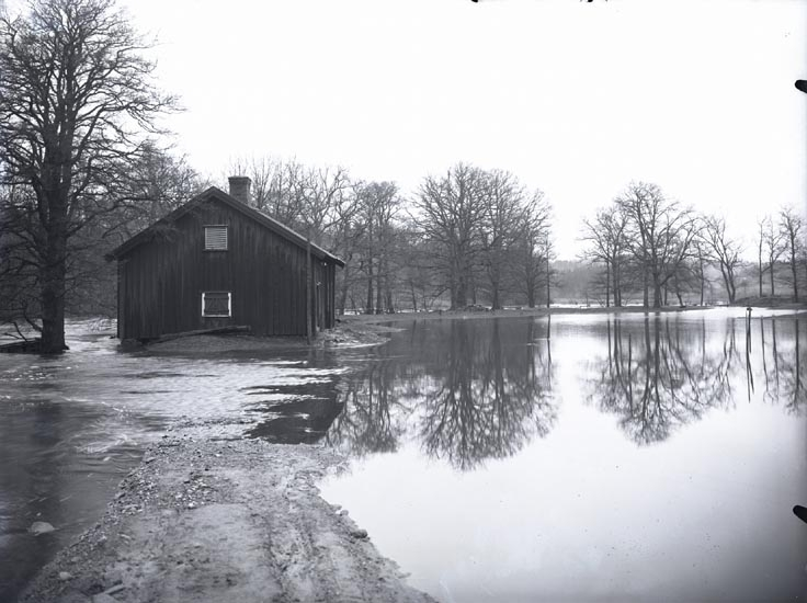 """""""7 sek. Öfversvämning i Munkedal. Taget den 2 & 3 februari 1927 tvättstugan, vid herrgården.""""  """"Tvättstugan användes även som sadelmakeri."""""""