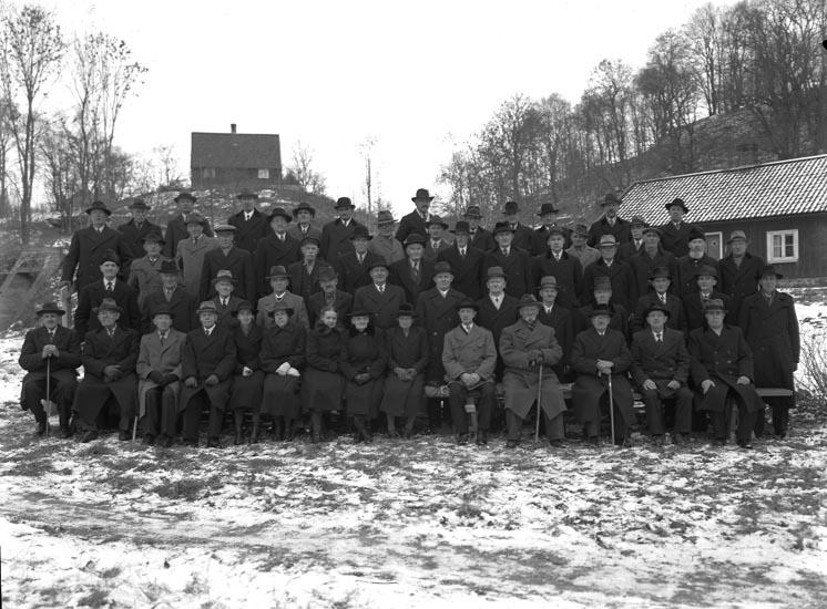"""Medföljande text till bilderna: """"1946. 36. Munkedals personal vid Gamla Bruket."""""""