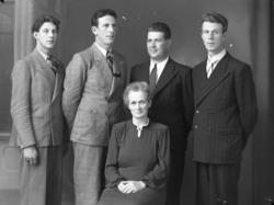 """Enligt fotografens noteringar: """"Fru Utgren med söner. Utgren"""