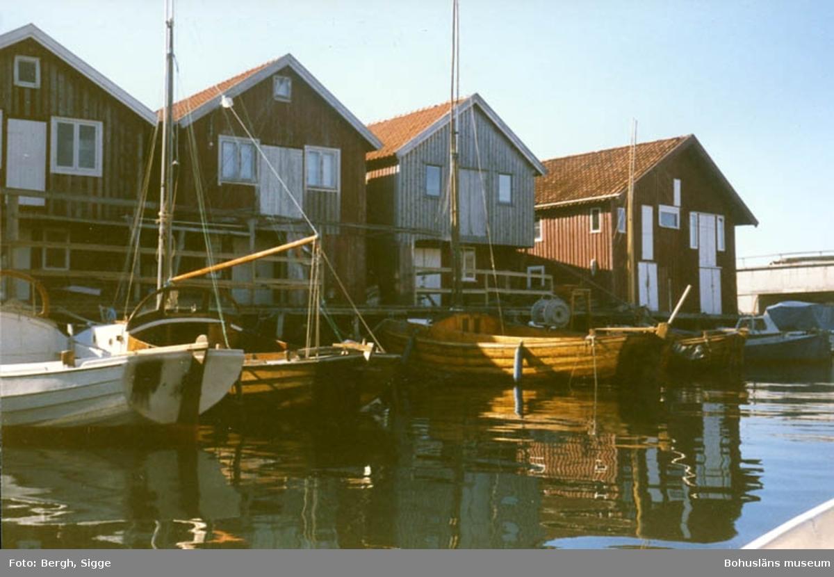 """Enligt text på fotot: """"Sjöbodar och båtar Smögen 1993""""."""