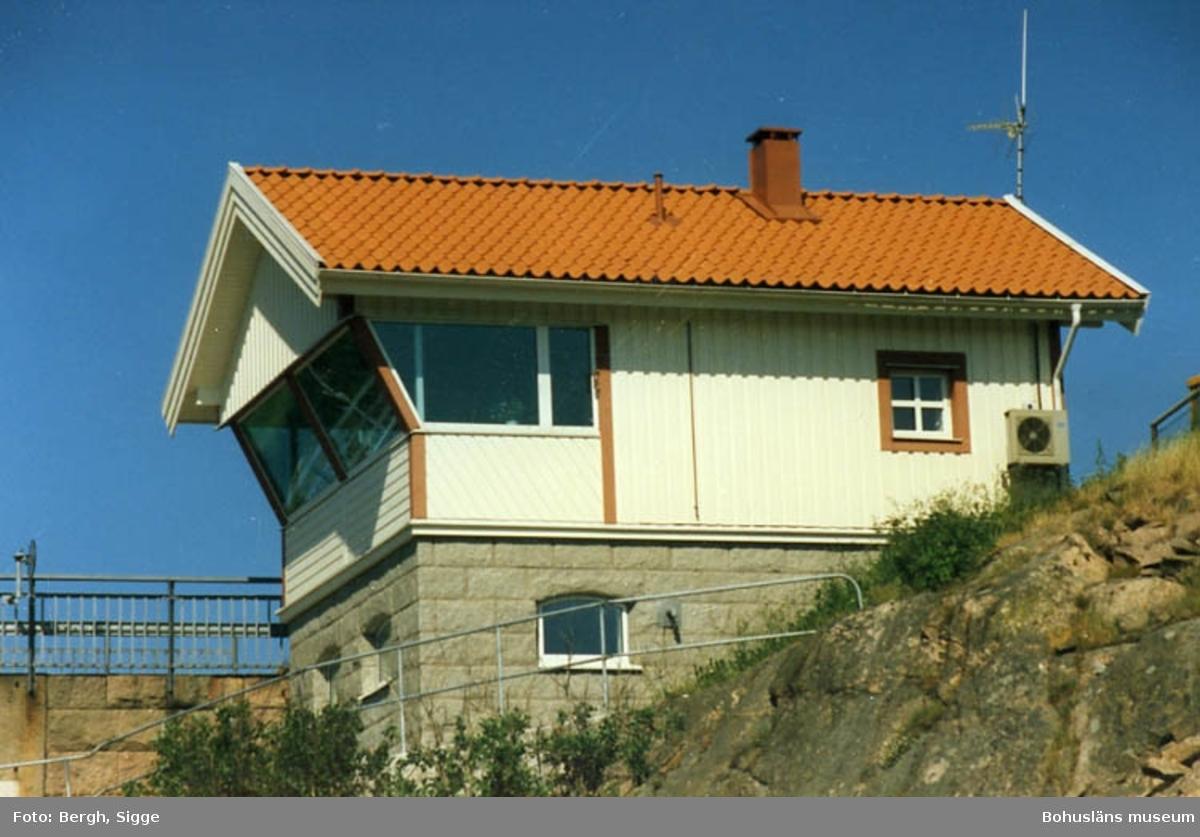 """Enligt text på fotot: """"Nybyggda brovaktarstugen vid Ramsviksbron Sotekanalen sommaren 1994""""."""