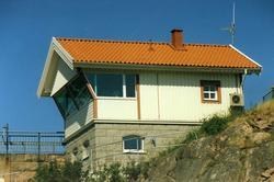 """Enligt text på fotot: """"Nybyggda brovaktarstugen vid Ramsviks"""