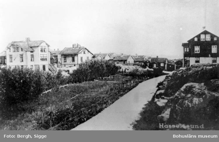 "Enligt text på fotot: ""Infarten Hasselösund norra Smögenön 20/30 talet Reprofoto: Sigge Bergh""."