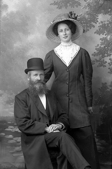 """Enligt fotografens journal Lyckorna 1909-1918: """"Alexandersson, Hildur Lyckorna"""".  Enligt fotografens journal Lyckorna 1909-1918: """"Johansson, Herr A. Lyckorna"""". Enligt fotografens notering: """"Alexander Johansson Lyckorna""""."""