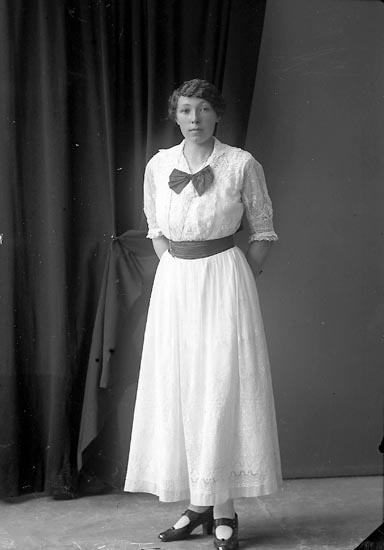 """Enligt fotografens journal nr 3 1916-1917: """"Åslund, Anna adr. Möllers Här""""."""