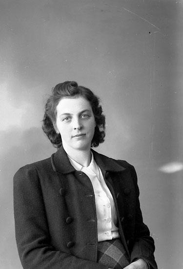 """Enligt fotografens journal nr 7 1944-1950: """"Ryberg, Fru Astrid Här""""."""