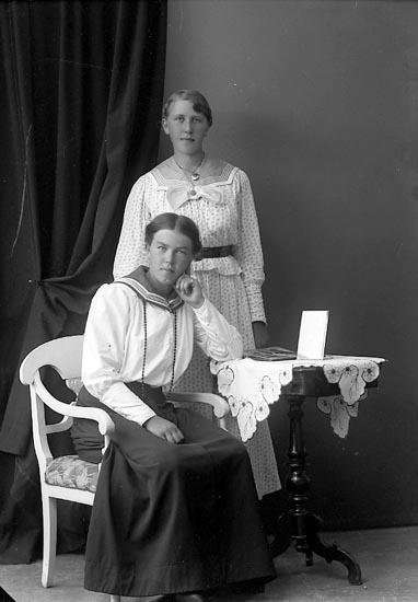 """Enligt fotografens journal nr 3 1916-1917: """"Nordin, Ester Hallerna Här""""."""