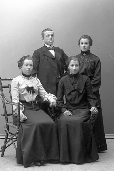 """Fotografens notering: """"Landberg Henny, Stenungsund. Den 21 Nov 1904""""."""