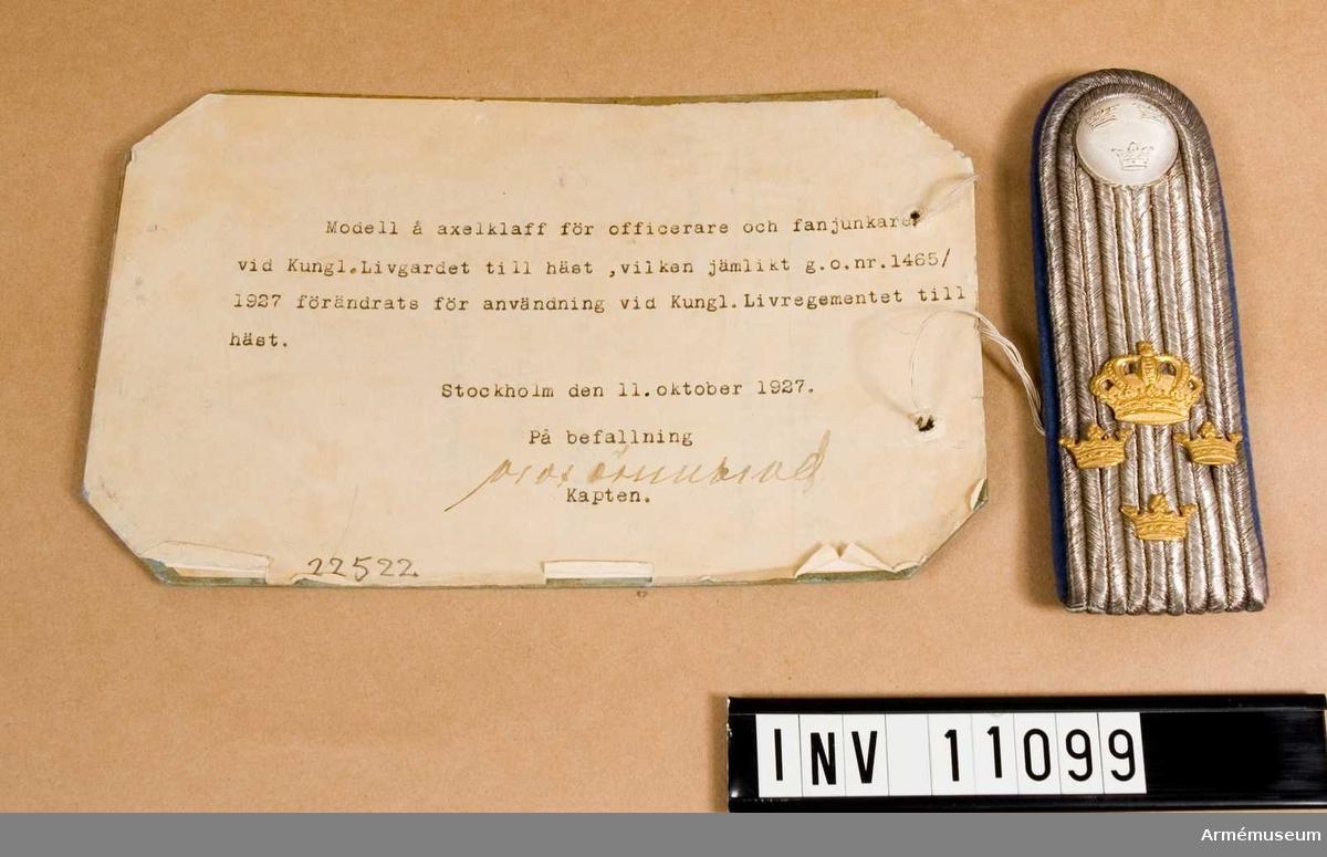 Grupp C I. Modell å axelklaff för officerare och fanjunkare vid Kungl. Livgardet till häst, vilken jämlikt go nr 1465/1927 förändrats för användning vid Kungl. Livregementet till häst.