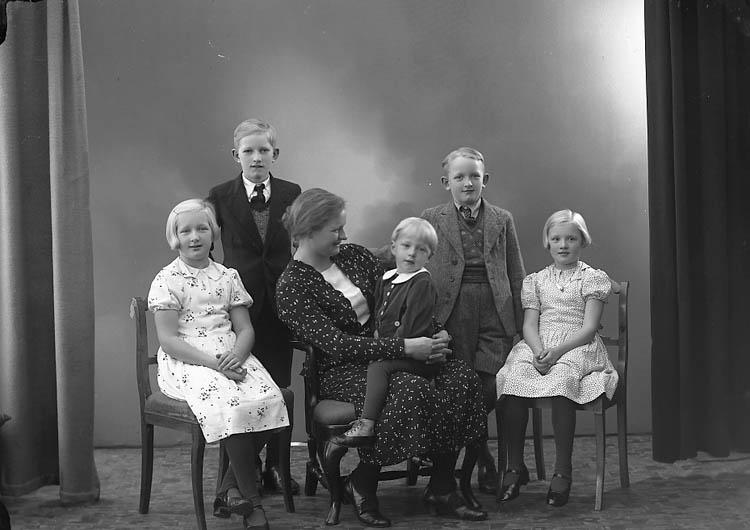 "Enligt fotografens journal nr 6 1930-1943: ""Simonsson, Fru Karin Uppeg. Stenungsund""."