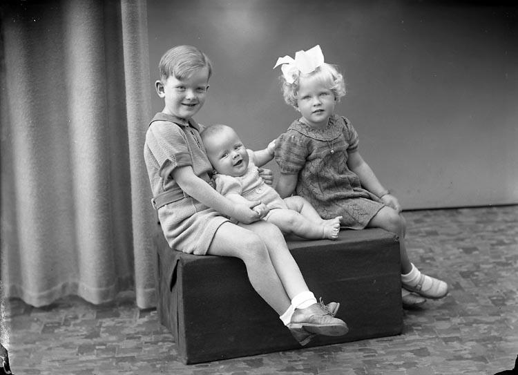 """Enligt fotografens journal nr 6 1930-1943: """"Lindqvist, Herr Einar Stenungsund""""."""
