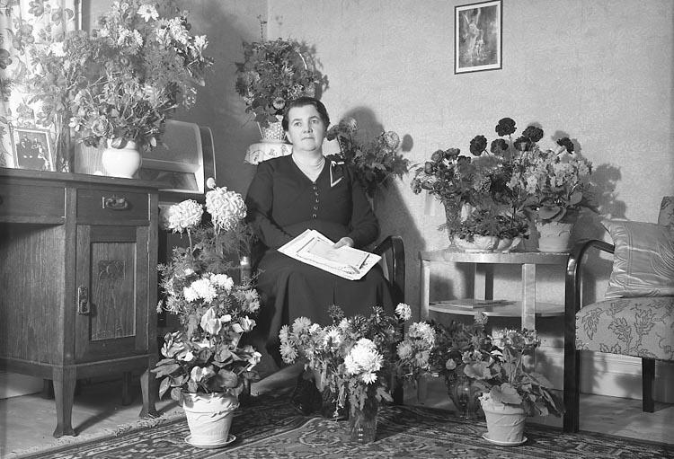 """Enligt fotografens journal nr 6 1930-1943: """"Nykvist, Fru Stenungsund 50 års""""."""